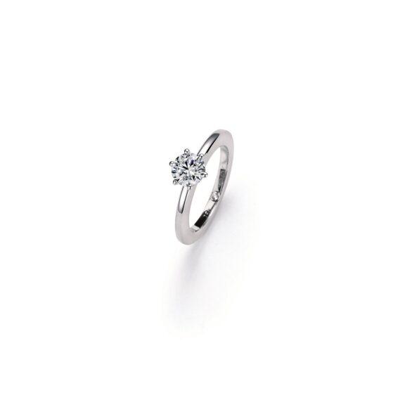Ring aus Weißgold mit Diamant